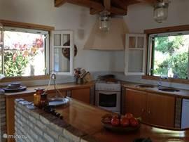 De ruime keuken met uitzicht op de tuin.