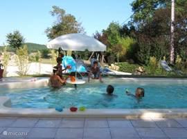 Schwimmen, Spielen, Liegestühlen die Sonne zu genießen.