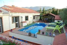 Terras met zwembad en buitenkeuken