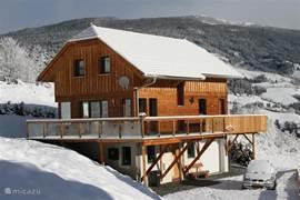Het chalet in wintersfeer. Het chalet staat op 1.000 m. Volledig vrijstaand. Ook 's winters goed te bereiken zonder sneeuwkettingen. Kelder met garage dus niet krabben. Veel ruimte voor ski's e.d.