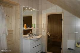 Toegangsdeur naar de vierpersoons sauna. In de badkamer douchen, in de sauna en vervolgens op het balkon even in de sneeuw rollen. Wat wil een mens nog meer?