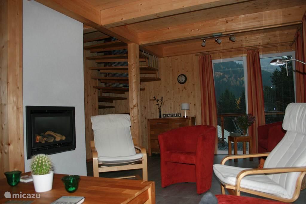 Gezellige living met gashaard, vloerverwarming en heerlijke relaxstoelen, om na inspanning in de natuur, na te genieten van een enerverende dag Oostenrijk.