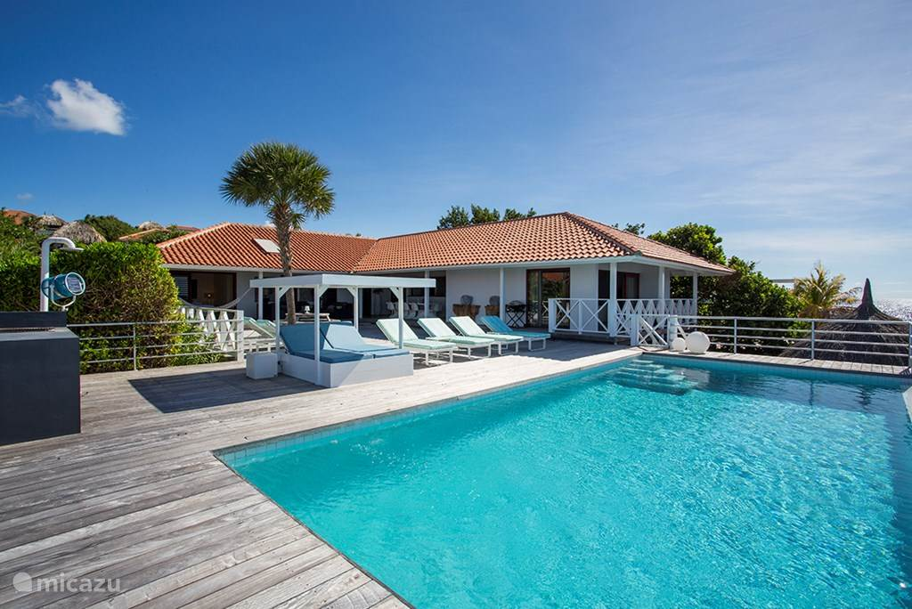 De villa ligt aan de oceaan met een prive zwembad