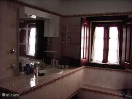 De ruime badkamer
