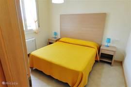 Een tweepersoonsslaapkamer met kledingkast