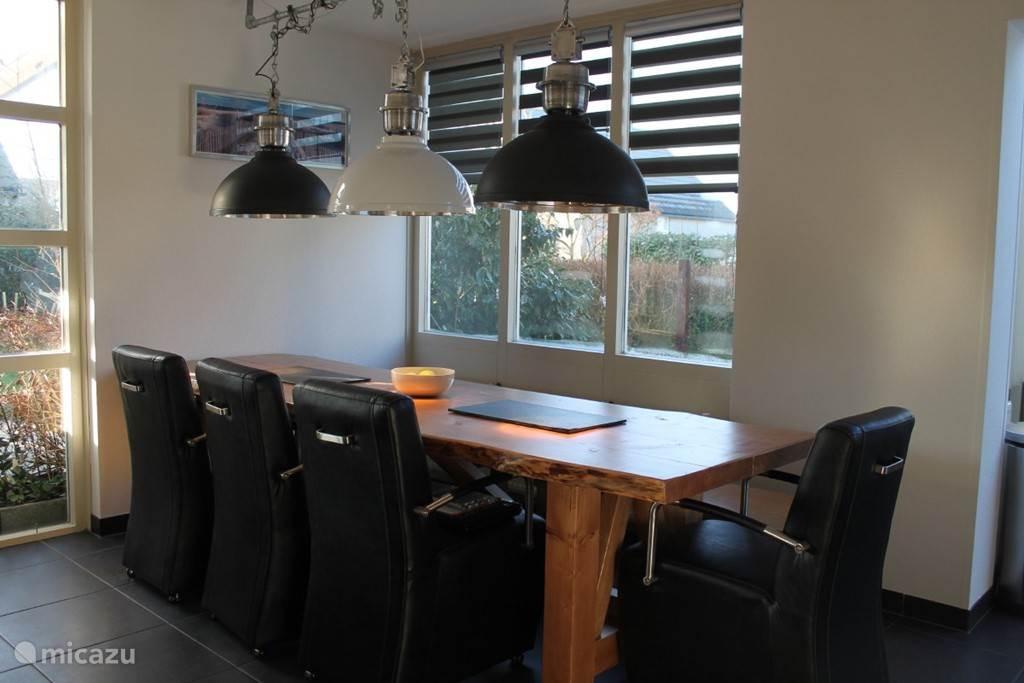 Boomstam tafel met voldoende stoelen