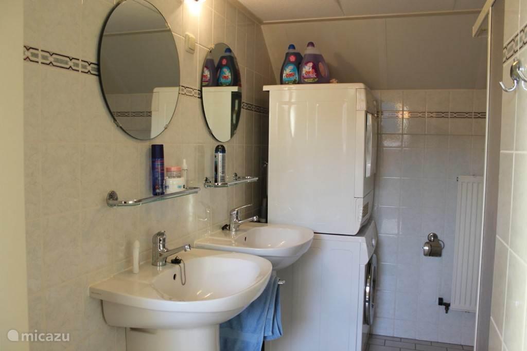 Badkamer boven met dubbele wastafel en douche