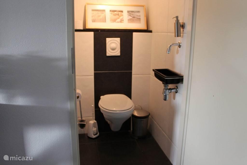 WC met zwevend toilet.
