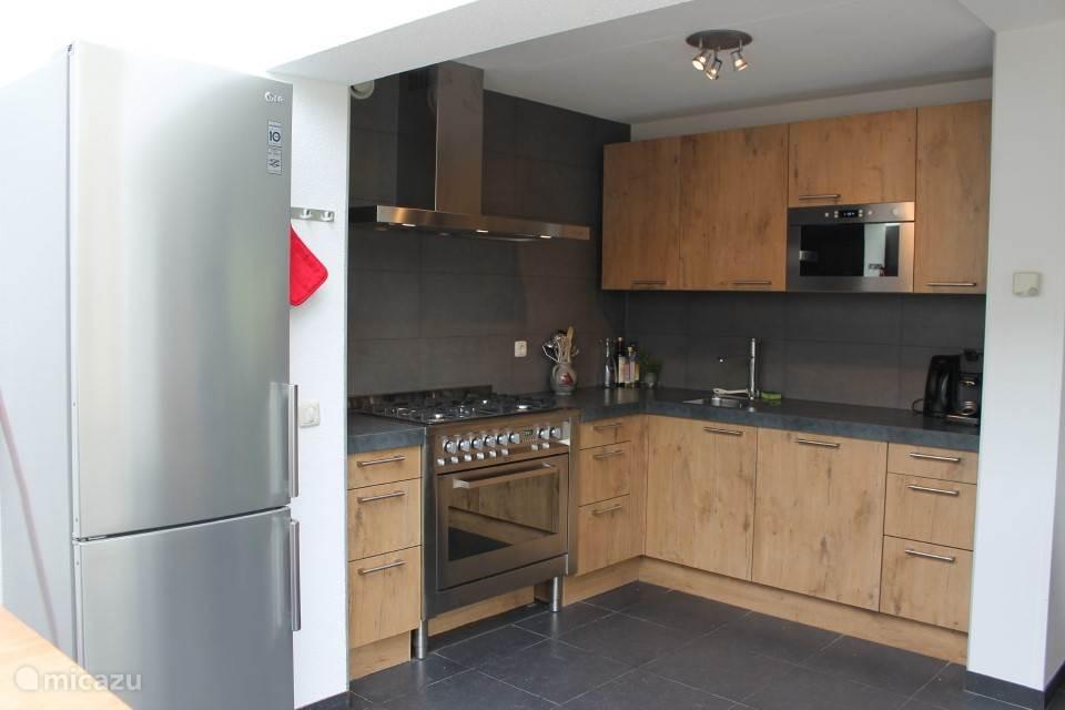 Luxe keuken met grote koelkast