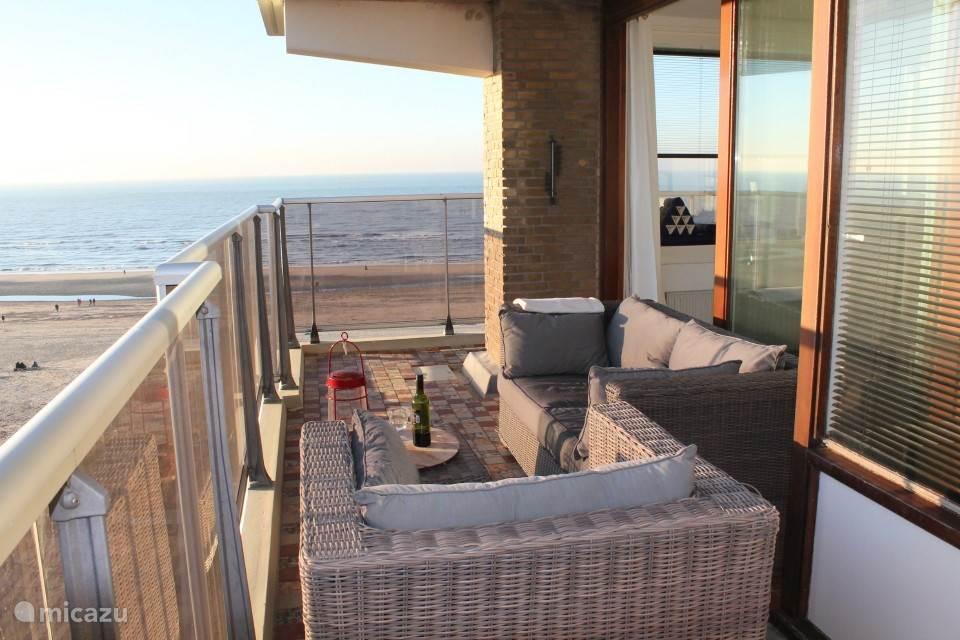 Lounge set op het balkon met terrasverwarming