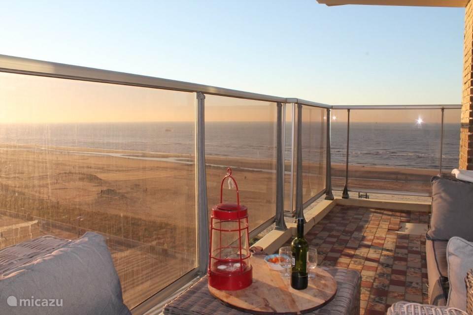 Door het glazen balkon zo op het strand kijken
