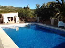 Zwembad met zicht op de sierra van Onil.