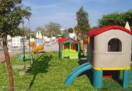 Speeltuin met diverse speeltoestellen voor de kleintjes.