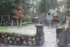 Voor de kinderen is er een speeltuin aangelegd met allerlei verschillende natuurlijke materialen