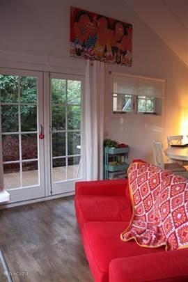 Vanuit de woonkamer toegang tot het terras en de veranda door middel van 2x openslaande deuren