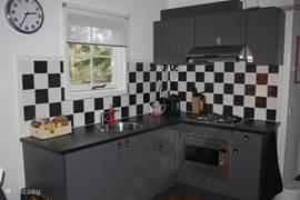 Modern ingerichte keuken voorzien van alle gemakken zoals o.a.: magnetron, oven, koel- en vriescombinatie, waterkoker en espressomachine.