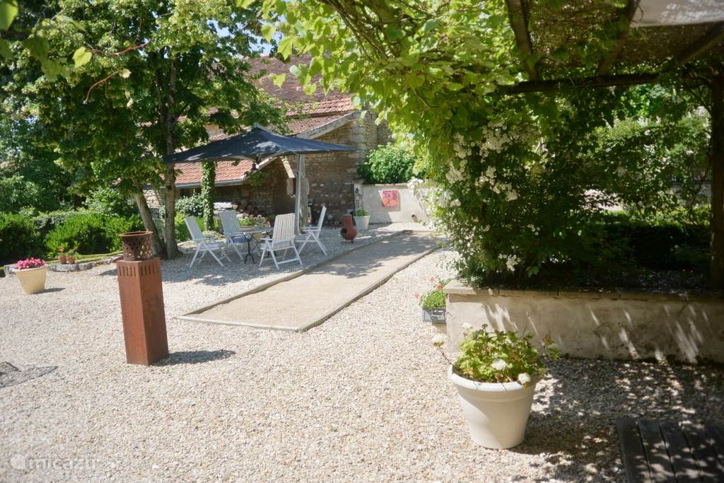 Cozy spacious courtyard (cour), with lovely shady spots and a petanque area for young and old.