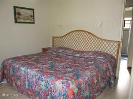 Slaapkamer 2 met 2 persoons bed en prive badkamer