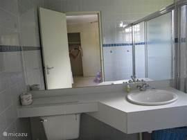 Prive badkamer bij slaapkamer 2 met wastafel, toilet en douche