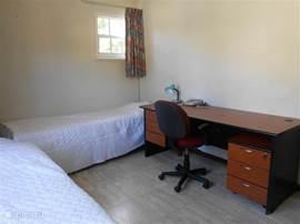Slaapkamer 3 met 2 eenpersoons bedden en bureau