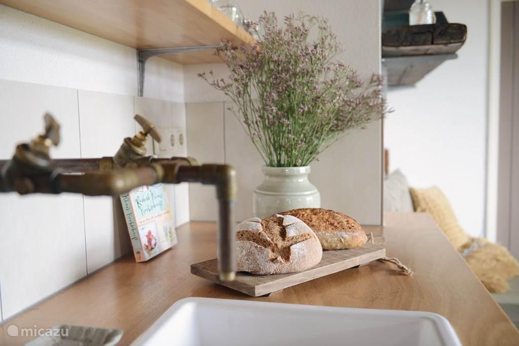 Keuken is compleet met apparatuur en inventaris