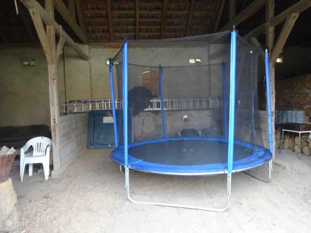trampoline is verplaatsbaar naar gewenste plaats in de tuin