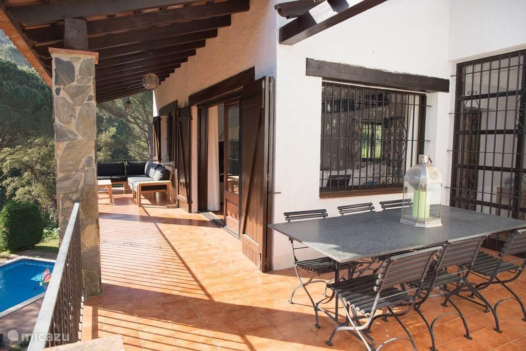 Midden op het terras een patio van 3x4 m2 met grote eettafel om lekker te ontbijten en 's avonds buiten te eten