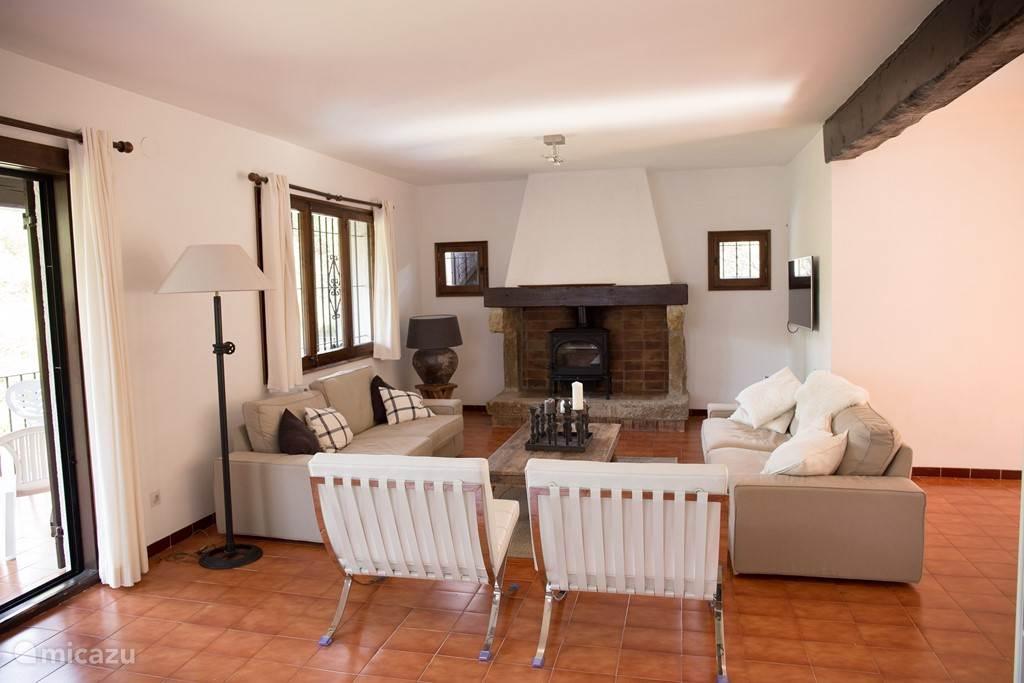 Ruime woonkamer met openhaard en 47 inch Full HD LED TV