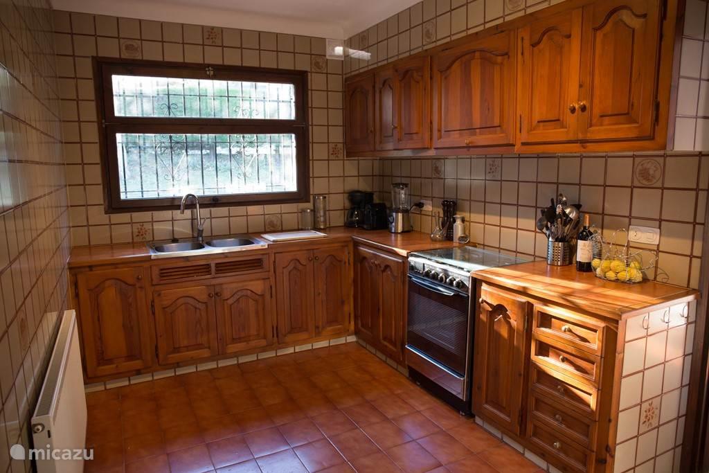 Ruime Catalaanse keuken van 2,5x5 m2 voorzien van alle gemakken, zoals gasfornuis met oven, vaatwasser, koel-vries combinatie, magnetron, blender, koffiezetapparaat en Nespresso