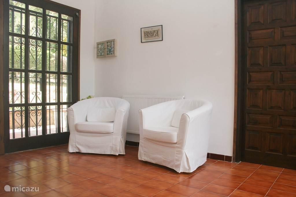 Ruime en lichte hal van 3x4 m2 verbindt huis/eetkamer met slaapvertrekken. Mooi open uitzicht op terras en heuvels en voortuin