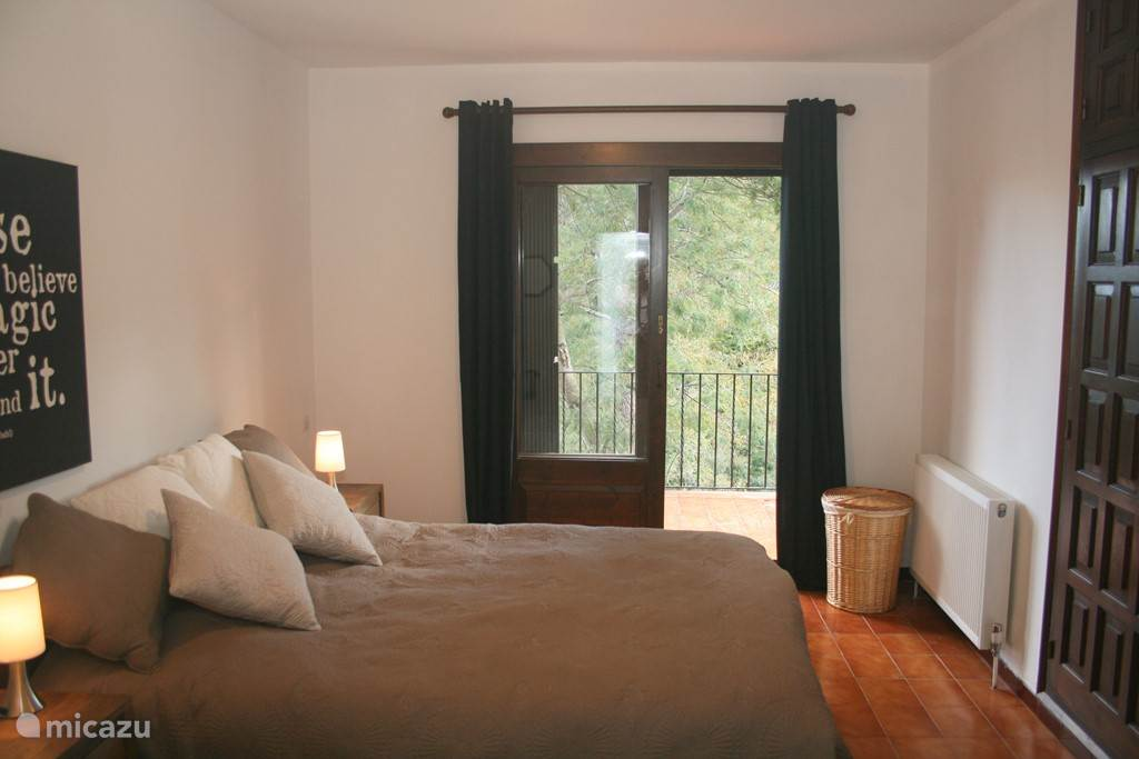 Heerlijke ruime slaapkamer met openslaande deuren naar balkon en vrij uitzicht
