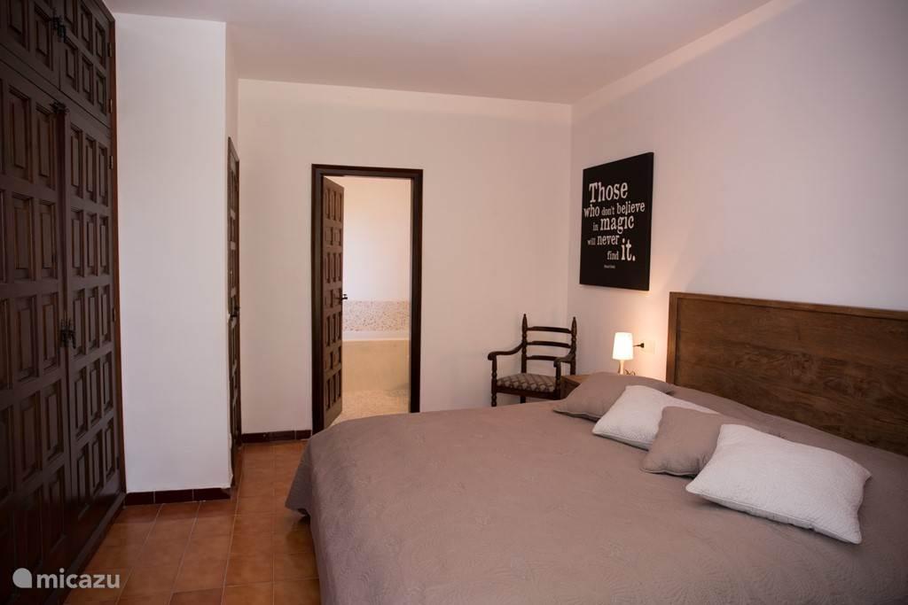 Heerlijke ruime slaapkamer met grote Catalaanse ingebouwde kastenwand en met eigen badkamer