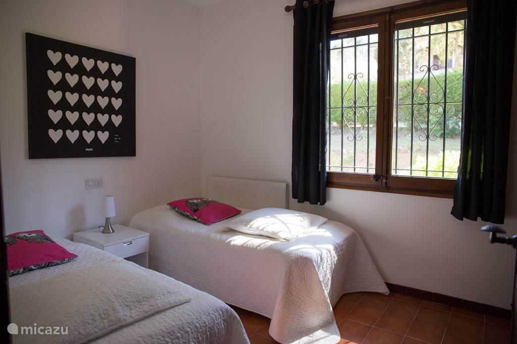 Ruime slaapkamer met een twee eenpersoonsbedden en ruime Catalaanse ingebouwde kastenwand