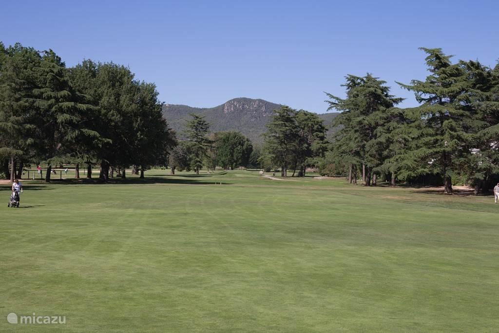 Club de Golf Costa Brava met 27-holes zit letterlijk om de hoek van de villa op 1 kilometer afstand.