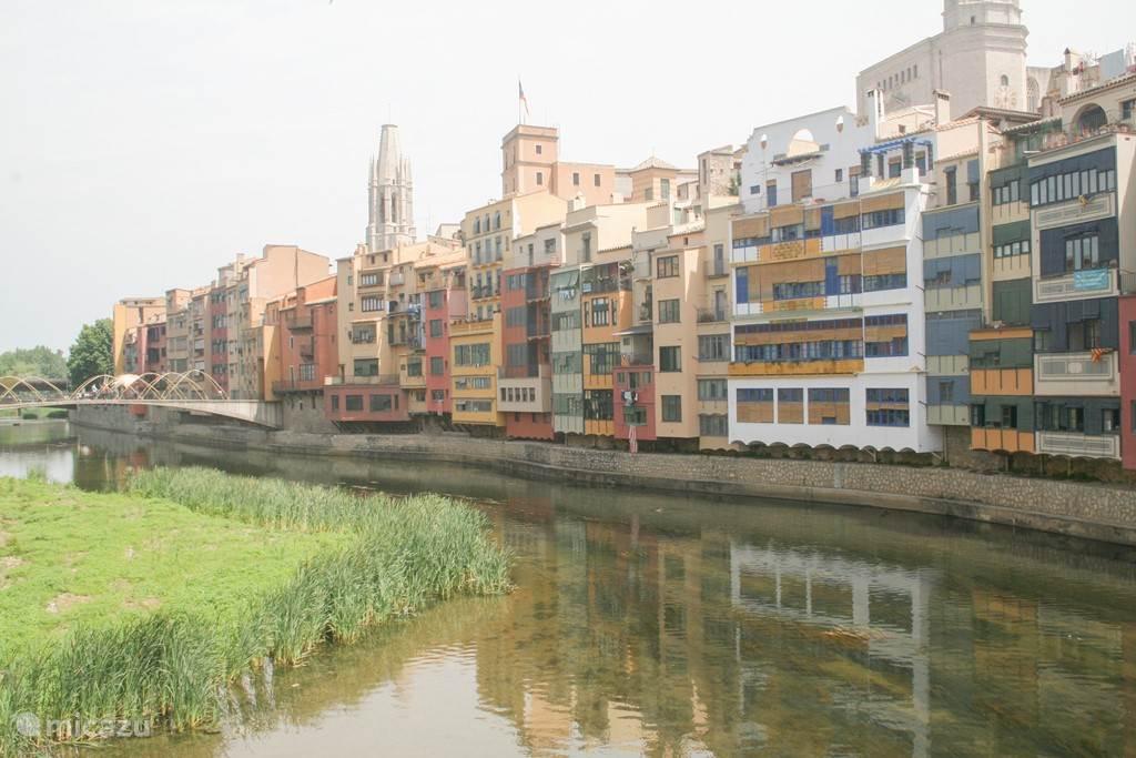 Rivier de Onyar door het centrum van Girona, op 20 minuten rijden.