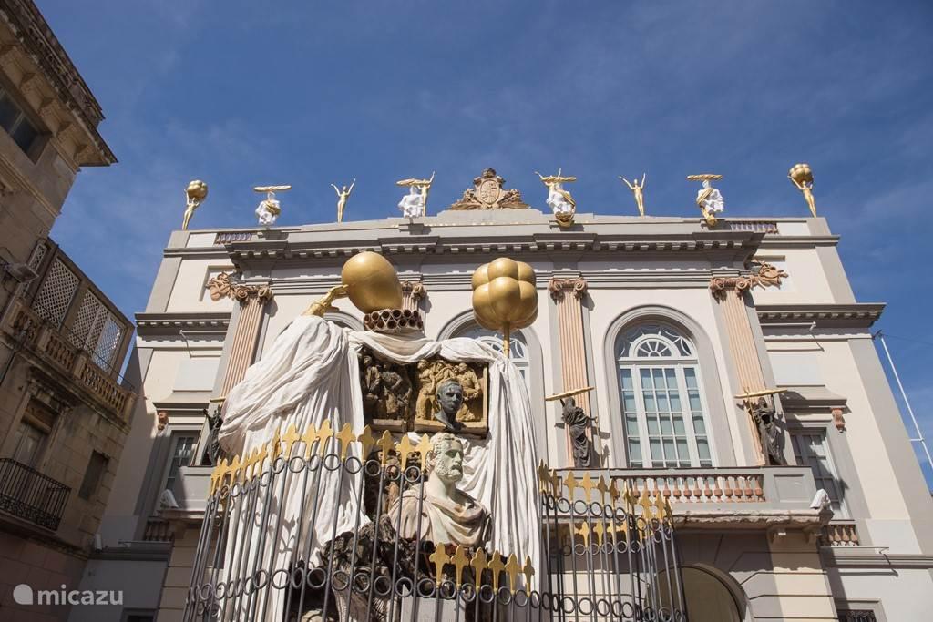 Dali museum in Figueres, op 3 kwartier rijden.