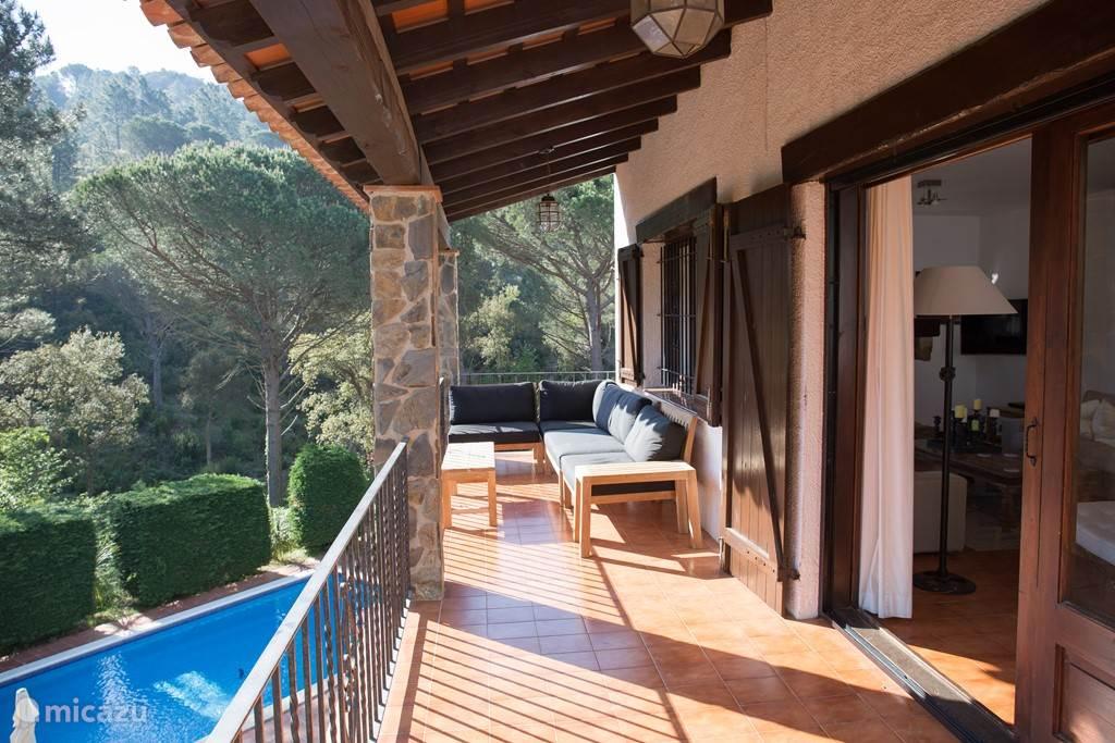 Prachtig balkonterras, half overdekt, bereikbaar via openslaande deuren huis/eetkamer en vanuit twee slaapkamers.