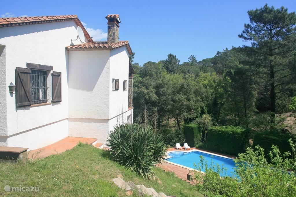 Zijkant villa Adelfa met trap naar het zwembad