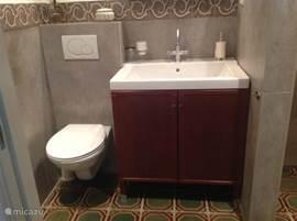Wastafel en WC in de badkamer