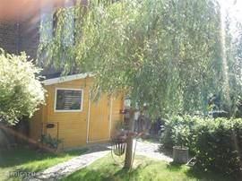 Ons tuinhuisje onder de treurwilg