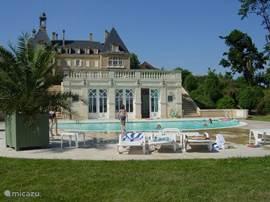 Vanuit het zwembad bij het kasteel heb je een prachtig uitzicht over de vallei.
