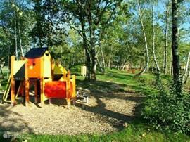 Op een schiereilandje is een leuke speeltuin voor de kinderen.