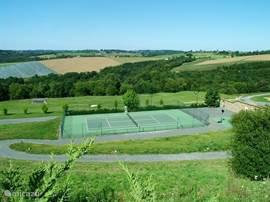 Als u even bij het kasteel doorgeeft dat u wilt tennissen, dan kunt u hier vrij gebruik van maken.
