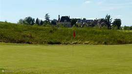 Op de golfbaan kunt u zelf uw rondje lopen, of een golfkar huren. Ook kunt u les nemen bij een Nederlandssprekende golfpro.