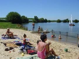 Op het strandje bij een van de meertjes kunt u heerlijk zonnebaden of lekker zwemmen in het meertje. Er liggen waterfietsen waar u gebruik van mag maken. Ook uitgebreid lunchen aan de picknicktafel is mogelijk