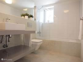 Badkamer beneden verdieping met ligbad
