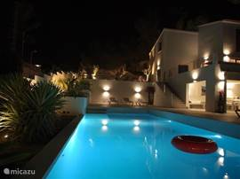 Zwembad in avond