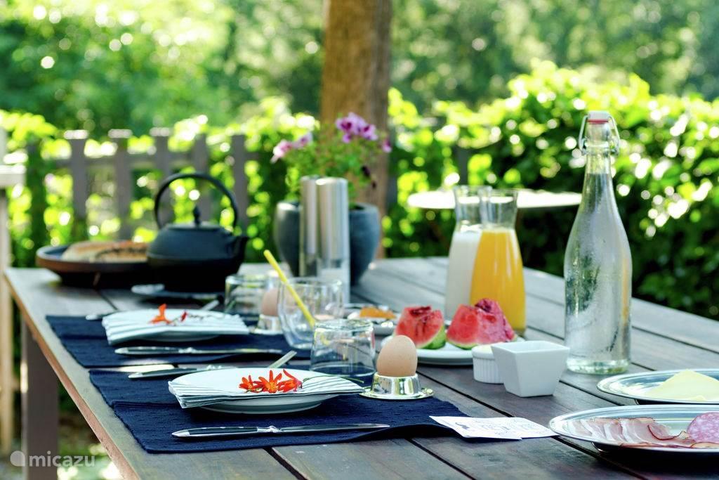 Het rijke ontbijt op Domein Mas Can Prim geserveerd op het terras of....  als U wilt in Uw vakantiewoning !