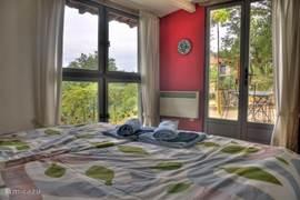 De masterbedroom (met twee gekoppelde KING-SIZE bedden van 90x200) van Le Mouton Noir, met uitzichten aan drie kanten.