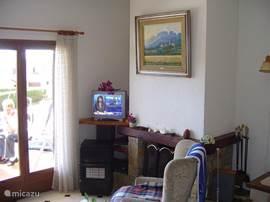 Vanaf de bank de TV incl. \Nederlandse zenders, openhaard en gaskachel